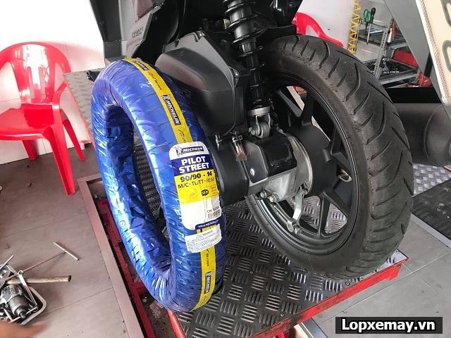 Honda vario thay vỏ michelin pilot street 9090-14 cho bánh sau - 3